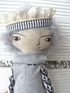 Muñeca de lino y algodón con corona. 32 cm. de AntonAntonThings en Etsy