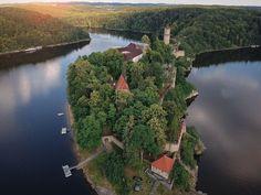 Nenapadá vás, kam si zajet udělat krásný výlet? A co české hrady? Ukážeme vám 30 nejkrásnějších hradů v ČR, které stojí za to navštívit. River, Outdoor, Outdoors, Rivers, The Great Outdoors