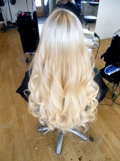 Im never going to be a blonde, but this looks so perfectly curled