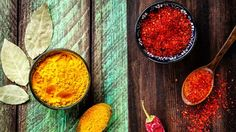 Chili, paprika, turmeric and bay leaves on wooden green and brown. New Age, Ayurveda, Ayurvedic Body Type, Restaurant Indien, Goan Recipes, Le Curry, Salty Foods, Leaf Images, Bee Pollen