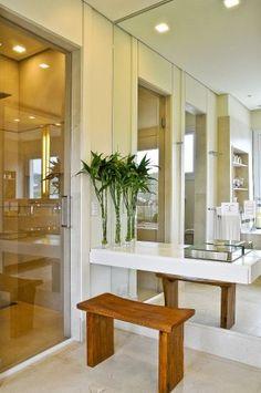 hall de entrada com espelho e plantas -