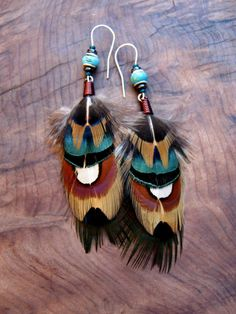 Pheasant Feather Earrings with Turquoise Stones Feather Crafts, Feather Art, Feather Jewelry, Feather Earrings, Pendant Earrings, Diy Earrings, Beaded Jewelry, Handmade Jewelry, Bead Crafts