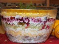 Sałatka warstwowa ze śledziem i jabłkiem - Przepisy kulinarne - Sałatki Tortellini, Tiramisu, Salad Recipes, Buffet, Curry, Food And Drink, Pudding, Drinks, Cooking