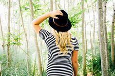 Descargar foto gratis de una chica con sombrero en un bosque > http://imagenesgratis.eu/imagen-gratis-de-una-chica-con-sombrero-en-un-bosque/