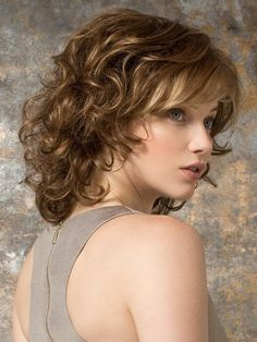 Wigs Women - Cat by Ellen Wille is a mid-length wavy wig with a wispy bang. The hair transitions from straight on top to gentle waves and loose curls., click now for info. Curly Hair With Bangs, Haircuts With Bangs, Curly Bob Hairstyles, Short Curly Hair, Short Hair Cuts, Curly Hair Styles, Wispy Bangs, Frizzy Hair, Short Wigs