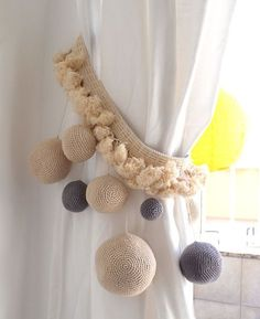 Risultati immagini per cortinas lienzo y crochet Rideaux Shabby Chic, Girls Bedroom, Bedroom Decor, Pom Pom Crafts, Curtain Tie Backs, Curtain Designs, Crochet Home, Home Accessories, Christmas Diy