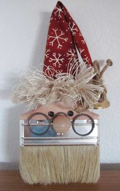 Santa made from a paint brush!  So creative!