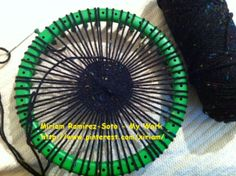♥LMW-MRS♥My latest looming adventure, weaving a hat on my wonderful green round loom. It still not finish, I had to put aside because I've crocheting for the holidays.