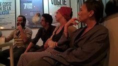 Il foyer di Officina Teatro si trasforma all'improvviso in una tavola rotonda tra stili, visioni e linguaggi differenti per raccontare le banalità, le disillusioni e le amarezze dell'umana contemporaneità. _Sguardo di Marialuisa Giordano_