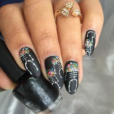Nailpolis Museum of Nail Art Skeletons and flower heads by Massiel Pena Holloween Nails, Halloween Acrylic Nails, Halloween Nail Designs, Sugar Skull Nails, Skull Nail Art, Get Nails, Fancy Nails, Hair And Nails, Gorgeous Nails