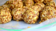Simple No Bake Energy Bites are a wonderful choice for a quick, healthy snack that tastes like you are indulging in a dessert. Healthy Low Calorie Snacks, Healthy Treats, Healthy Food, Healthy Eating, Snack Recipes, Cooking Recipes, Healthy Recipes, Free Recipes, Barre Energie