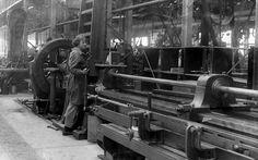 第一次世界大戦中、男性に代わって元気に働く女性たちの貴重なモノクロ写真シリーズ「WW1 Women at Work」 - DNA