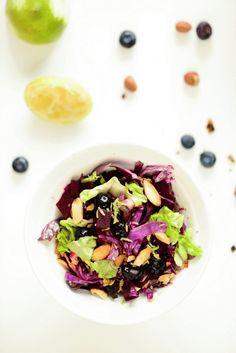 200 g rødbeder  1/2 lilla spidskål  1 hjertesalat eller romainesalat  100 g blåbær  4 spsk flager af saltede, røgede mandler  dressing:  1 økologisk limefrugt  1/2 dl olivenolie  1-2 spsk friske timianblade eller anden krydderurt som dild eller salvie  1-2 spsk blåbærsirup