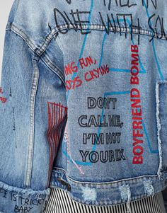 Scribbled and scrawled messages, handwritten letters and graffiti; the written word is on runways and in street style photos and is trending in fashion. Painted Denim Jacket, Painted Jeans, Painted Clothes, Foto Fashion, Denim Fashion, Womens Fashion, Custom Clothes, Diy Clothes, Denim Kunst