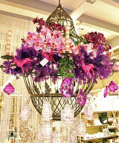 decorazioni natalizie con lampadario in ferro, ghirlande, cervi fucsia, pendenti gioiello colorati, lanterne piccole e fiori. http://www.alberti-import-export.com/indice-decnata.asp