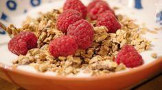 Granola met frambozen en yoghurt | Dagelijkse kost Breakfast Dessert, Breakfast Recipes, Food Inspiration, Deserts, Brunch, Yoghurt, Healthy Recipes, Homemade, Comfortfood