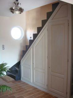 Un placard sous escalier ! - - Vous avez aménagé le dessous de votre escalier Small Space Stairs, Small Spaces, Under Stairs Storage Solutions, Stair Paneling, Stair Storage, Basement Renovations, Home Improvement, New Homes, Interior Design