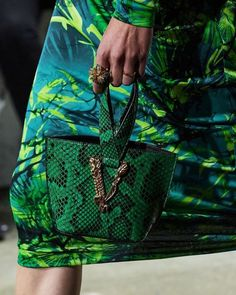 ***Mini Bags : Versace Spring 2020*** Colorful Fashion, I Love Fashion, Fashion Bags, Fashion Show, Fashion Accessories, Fashion Today, Modern Fashion, Fashion 2020, Fashion Women