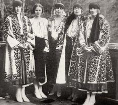 Королева Румынии с дочерьми в вышитых платьях в крестьянском стиле  1920-е годы.