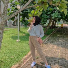 Strip T-shirt is the best ootd Modern Hijab Fashion, Street Hijab Fashion, Hijab Fashion Inspiration, Muslim Fashion, Modest Fashion, Girl Fashion, Fashion Outfits, Korean Fashion, Retro Outfits