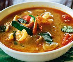 Om du är sugen på en kryddig och het soppa med asiatiska inslag så pröva att laga till Tom yam goong. Den smakrika soppan innehåller ingredienser som svamp, schalottenlök, räkor, galangal och chilifrukt.