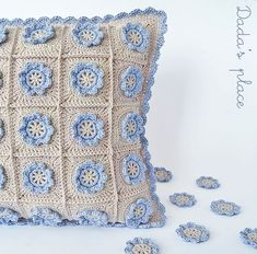 I've just finished this pillow. The pattern is my own design. Very similar to the granny square I use for the Little flower baby blanket from my previous post. This grannie is a little smaller.  This
