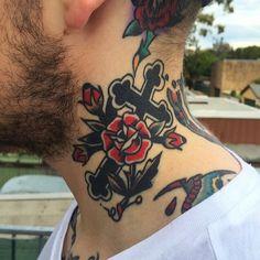 Tattoo old school croix avec rose dans le cou d'un homme https://tattoo.egrafla.fr/2016/01/28/modele-tatouage-croix/