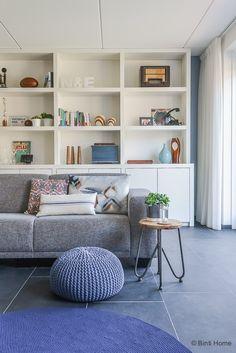 Nienke en Elwin interieurontwerp nieuwbouwwoning woonkamer kast op maat blauw tinten binnenkijken ©BintiHome-9