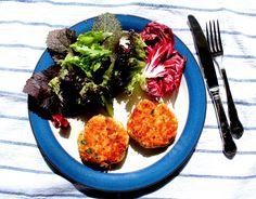 tortitas de salmón y merluza con ensalada