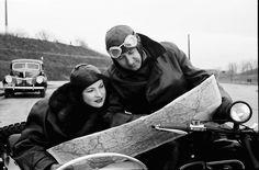 3Bukarest.Im Motorrad, Mann zeigt Frau die Landkarte.11.1939