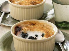 Kleiner Joghurt-Blaubeer-Auflauf mit Karamell-Kruste | Zeit: 25 Min. | http://eatsmarter.de/rezepte/kleiner-joghurt-blaubeer-auflauf-mit-karamell-kruste