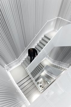 Image 2 of 5 from gallery of H&M Seoul Store / Universal Design Studio. Courtesy of Universal Design Studio Amazing Architecture, Architecture Details, Interior Architecture, Building Architecture, Building Stairs, Stair Handrail, Railings, Displays, Stair Steps