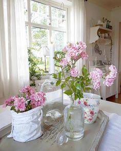 God kväll i stugorna 💗 Nu blommar the Fairy för fullt hos mig... både ute och inne 🍃🌸🍃 Hoppas ni har det bra! Kram 💕💕 ********************************* Good evening dear instafriends 💗 The Fairy rose  is now blooming in my garden 🍃🌸🍃
