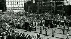 Tropas fieles al Frente Popular desfilan por la Puerta del Sol