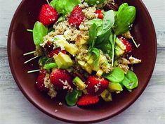 Einmal Kraft auftanken, bitte! Quinoa zählt zu den Superfoods, das in Kombination mit Spinat und Erdbeeren gesund und lecker ist.