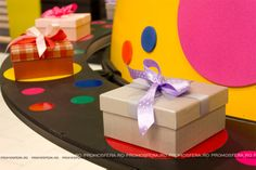 Decorațiunile sunt realizate de echipa Promosfera. Giant Easter Eggs, Cake, Desserts, Food, Tailgate Desserts, Deserts, Mudpie, Meals, Dessert