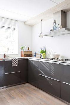 grijze keuken   grey kitchen   vtwonen 10-2016   photography: Hans Mossel   styling: Sabine Burkunk