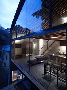 House in Kitakamakura is a unique modern house comprised of glass, steel and concrete, designed by Suppose Design Office, situated in Kamakura, Japan. Japanese Apartment, Amazing Architecture, Interior Architecture, Wc Decoration, Suppose Design Office, Japanese Home Design, Small Apartment Design, Loft Interiors, Design Interiors