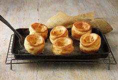 Get ready to make the best Yorkshire puddings of your life. This Yorkshire pudding recipe is full-proof and absolutely delicious! Yorkshire Pudding Recipe In Cups, Traditional Yorkshire Pudding Recipe, How To Make Yorkshire Pudding, Hp Sauce, Simply Yummy, Sunday Roast, Crumpets, Pain, Bento