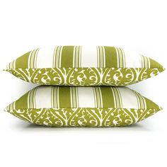 Green and white throw pillows mixed with burlap throw pillows on the lounges.