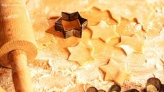 W wersji świątecznej te kruche ciasteczka można ozdobić lukrem, ale teraz, w wersji adwentowej są idealne z dodatkiem np. pestek…