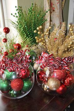 Centros de mesa de navidad con jarrones redondos y bolas de navidad. #DecoracionNavidad