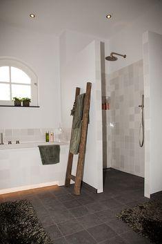"""Landelijke Badkamer met Belgisch Hardsteen """"Look"""" Getrommelde 20x20 tegels en Ambachtelijke Friese Witjes. Bathroom Interior Design, Bathtub, Bedroom, House Styles, Furniture, Home Decor, Ideas, Bath, Standing Bath"""