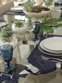 Navy and white are so classic - love the leafy greenery as added decor. Blue Table Settings, Beautiful Table Settings, Place Settings, Wedding Table Decorations, Decoration Table, Table Setting Inspiration, Dinning Table, Table Arrangements, Deco Table