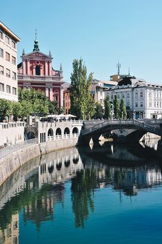 road-trip en slovénie et week-end à ljubljana, ljubljanica Slovenia Tourism, Slovenia Travel, Road Trip Europe, Travel Europe, Destinations D'europe, Slovenia Ljubljana, Travel Music, Voyage Europe, Southern Europe
