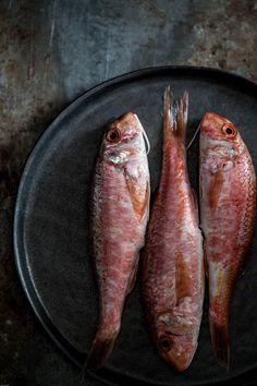 Twee recepten van gebakken rode mul (salmonetes) bestoven met gerookte paprikapoeder en bloem samen met gekookte borlotti bonen met knoflook en tijm