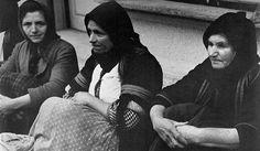 Μεγάλοι Φωτογράφοι – Κώστας Μπαλάφας. Ο φωτογράφος που απαθανάτισε το Ελληνικό παρελθόν | Consider... Costa, Alex Webb, Che Guevara, Black And White, Couple Photos, Couples, Pictures, Couple Shots, Photos