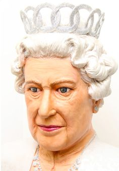 Check out this realistic cake of Queen Elizabeth! Wow!