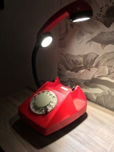 Настольная лампа из старого телефона