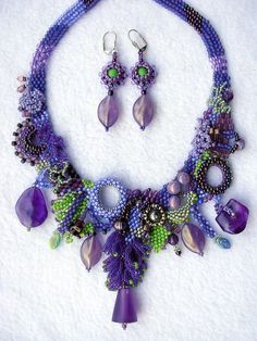 A wonderful purple bead necklace. The earrings match, too. A great piece of costume jewellery. Seed Bead Necklace, Seed Bead Jewelry, Beaded Earrings, Beaded Jewelry, Handmade Jewelry, Jewellery, Bead Crafts, Jewelry Crafts, Bijoux Diy